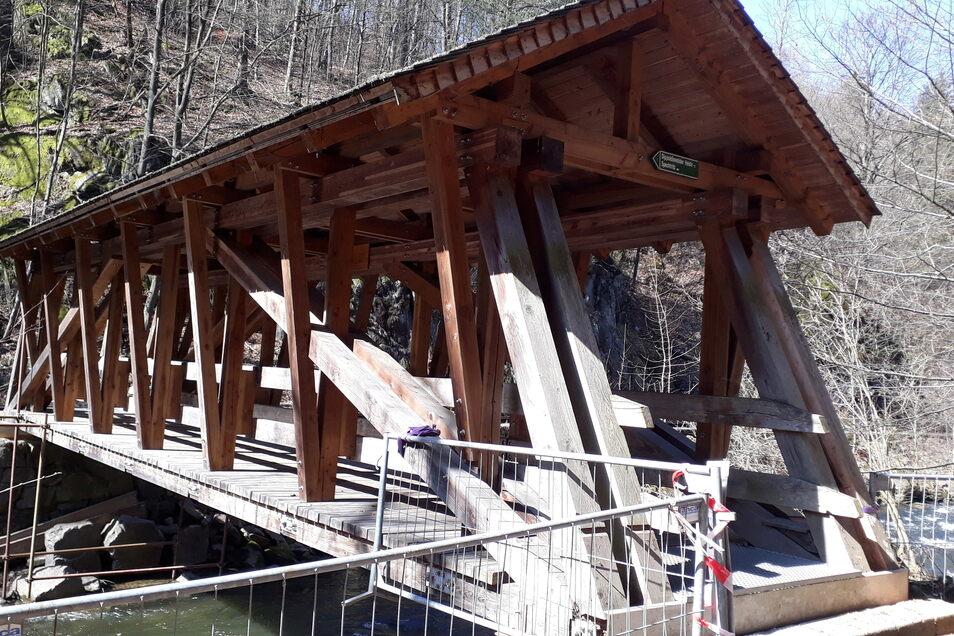 Die Brücke am Lübauer Gründel zwischen Rabenau und Spechtritz wird repariert.
