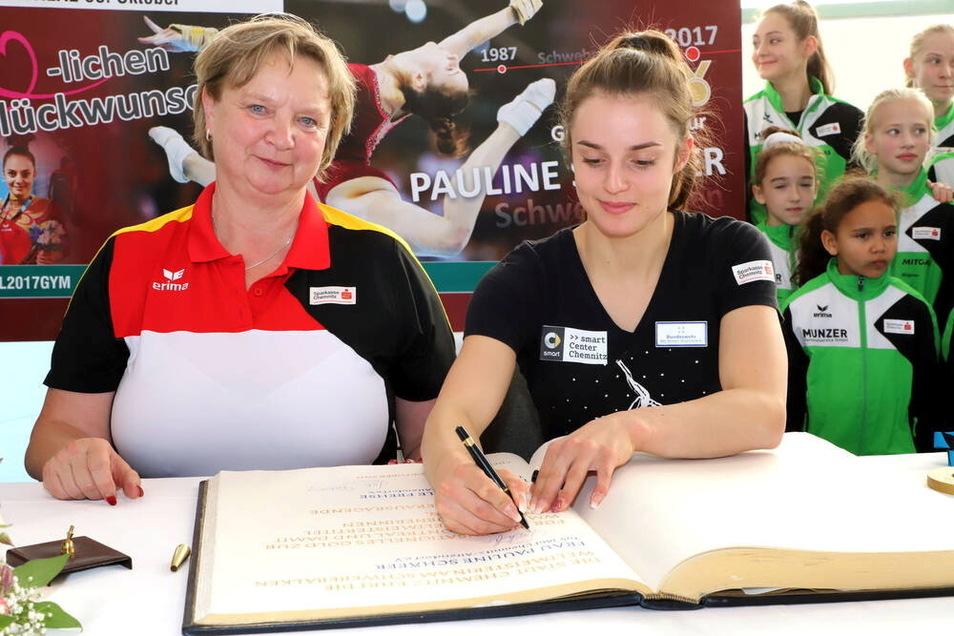 Am 11. Oktober 2017 tragen sich Weltmeisterin Pauline Schäfer (r.) und Trainerin Gabriele Frehse vom TuS Chemnitz-Altendorf in das Goldene Buch der Stadt Chemnitz ein.