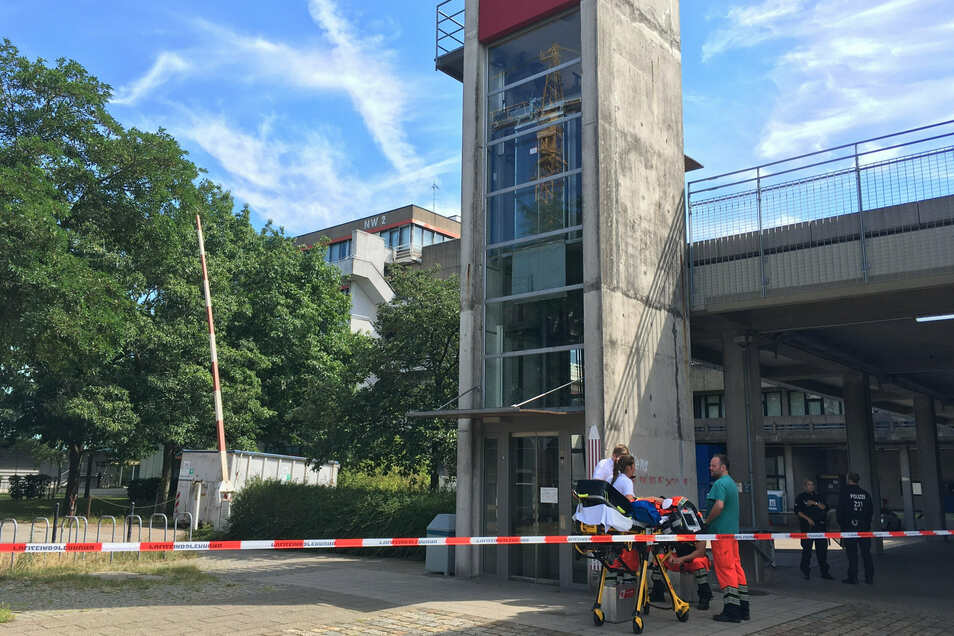 Rettunskräfte und Polizisten auf dem Gelände der Bremer Universität