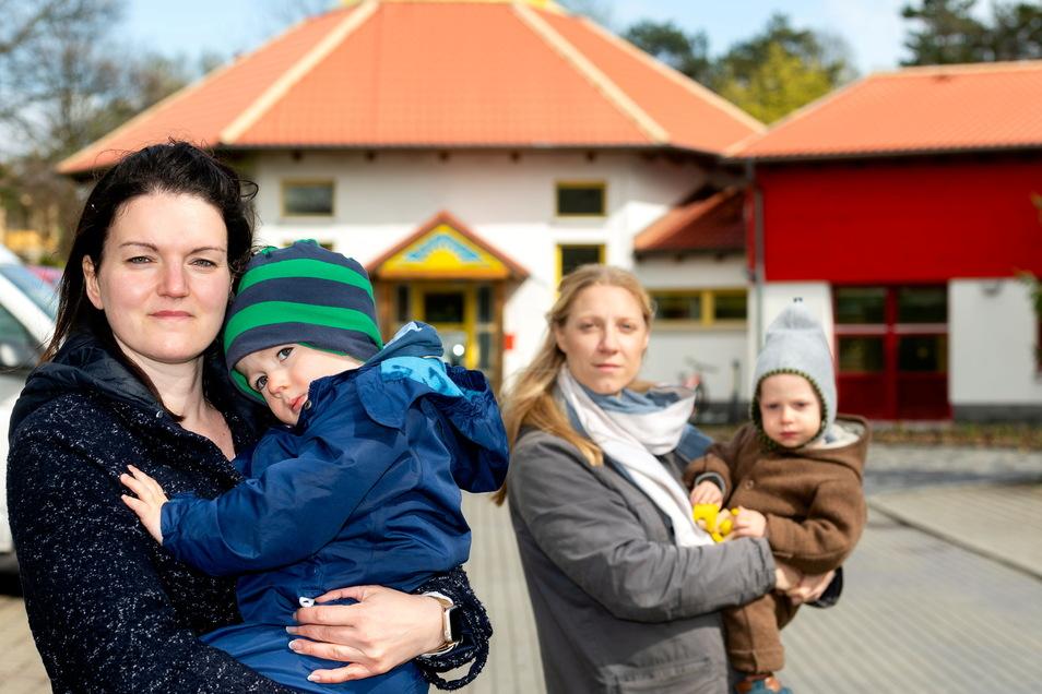 Christin Wegner (vorn) und Kerstin Lawan vom Stadtfamilienrat kritisieren, dass die Stadt Bautzen im Herbst erneut die Kitagebühren erhöhen will.
