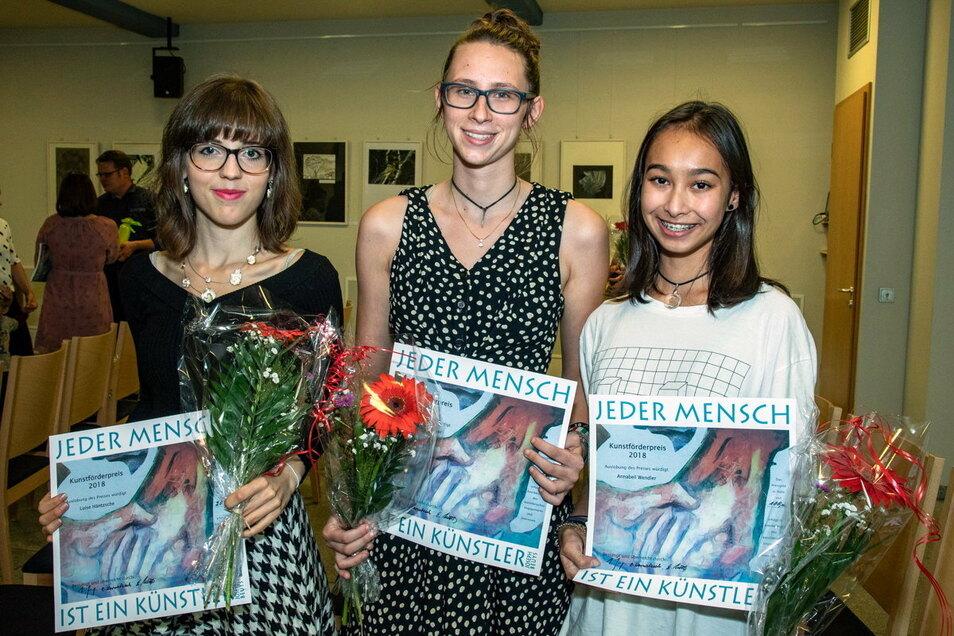 """2018 hatten Luise Häntzsche, Anne Christin Teuser und Annabell Wendler (v.l.) beim Bischofswerdaer Kunstförderpreis """"MaWi"""" gewonnen. Jetzt gibt es eine Neuauflage."""