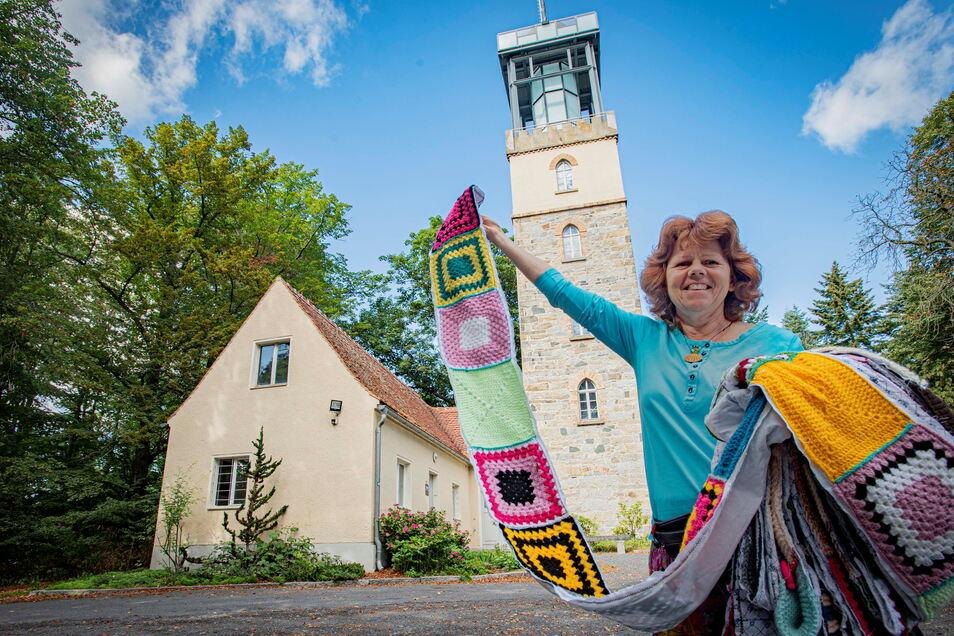 Kerstin Boden aus Kamenz hat eine Aktion gestartet, um den Hutbergturm in Kamenz in Wolle zu hüllen. So soll Geld für die benachbarte Pilgerherberge gesammelt werden. Inzwischen sind über 6.000 Häkelquadrate zusammengekommen.