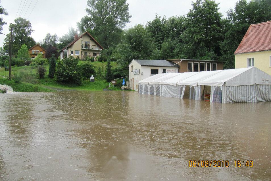 Der Parkplatz und das schon für den nächsten Tag aufgebaute Festzelt stehen unter Wasser.