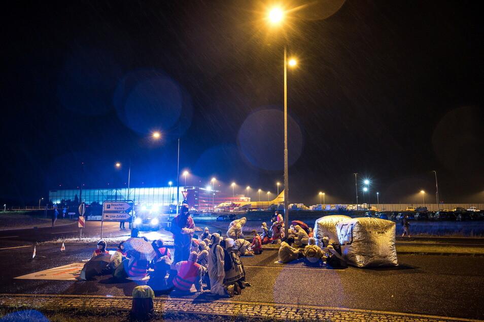 """Die Initiative """"CancelLEJ"""" blockierte eine Zufahrt des DHL-Terminals am Flughafen Leipzig/Halle."""