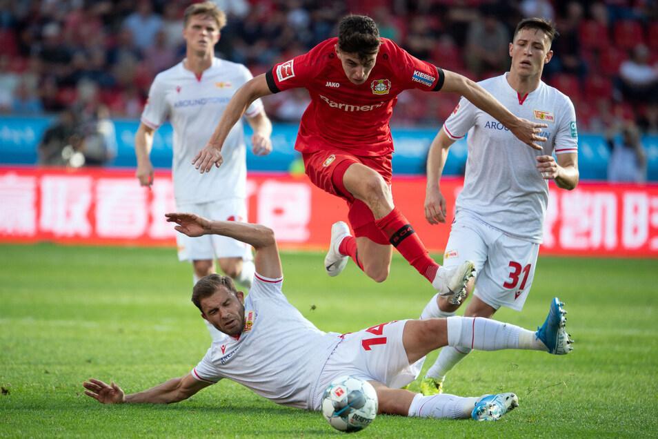 Hürde genommen: Leverkusens Kai Havertz überspringt den Unioner Ken Reichel. Am Ende bezwingt Bayer den Aufsteiger aus Berlin verdient mit 2:0.