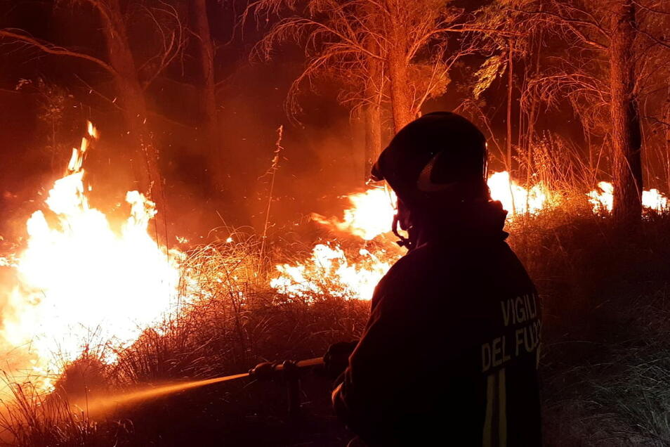Einige der Brände müssen italienische Feuerwehrleute ohne die angeforderten Löschflugzeuge bekämpfen.