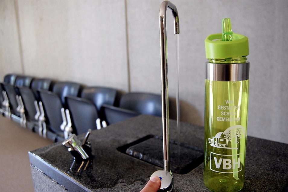 An den beiden Trinkbrunnen in der Schule lassen sich die Flaschen füllen. Foto: M. Kolodziej