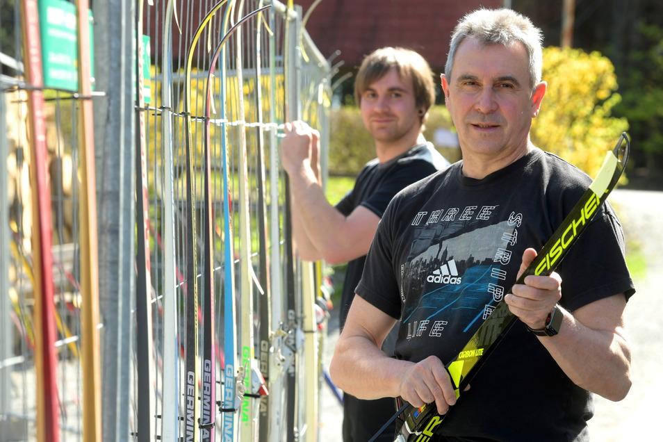 Arbeitseinsatz in Familie: Heiko Krause bringt mit seinem Sohn Lars Skier aus vergangenen Jahrzehnten an einem Bauzaun an. Auch die Ausrüstung wird ausgestellt.