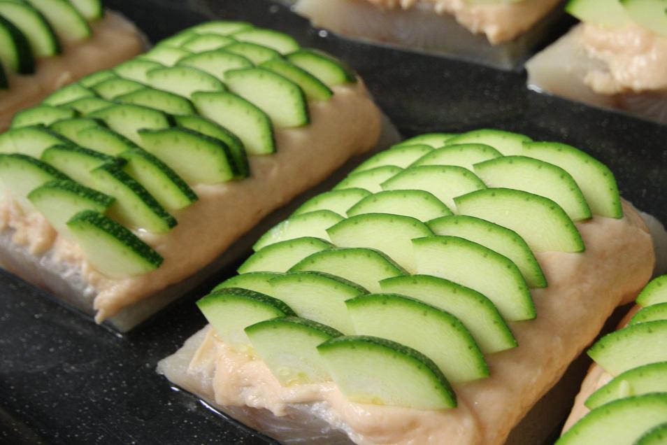 Spezialität des Hauses zum Nachkochen: Zanderfilet mit einer Lachsfarce und Zucchinischuppen auf Limetten-Weißweinsauce.