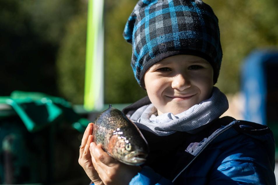 Maximilian mit einer Regenbogenforelle beim Abfischen am Dorfteich Reinhardtsgrimma.