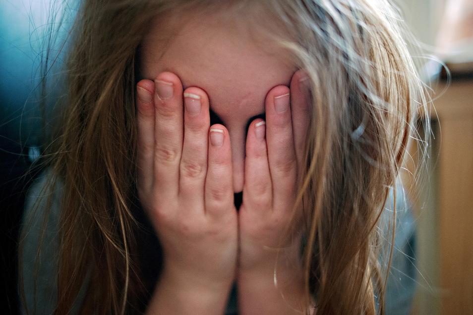 Die  Polizeiliche Kriminalstatistik zeigt, dass es mehr Fälle von Kindesmisshandlung gibt.