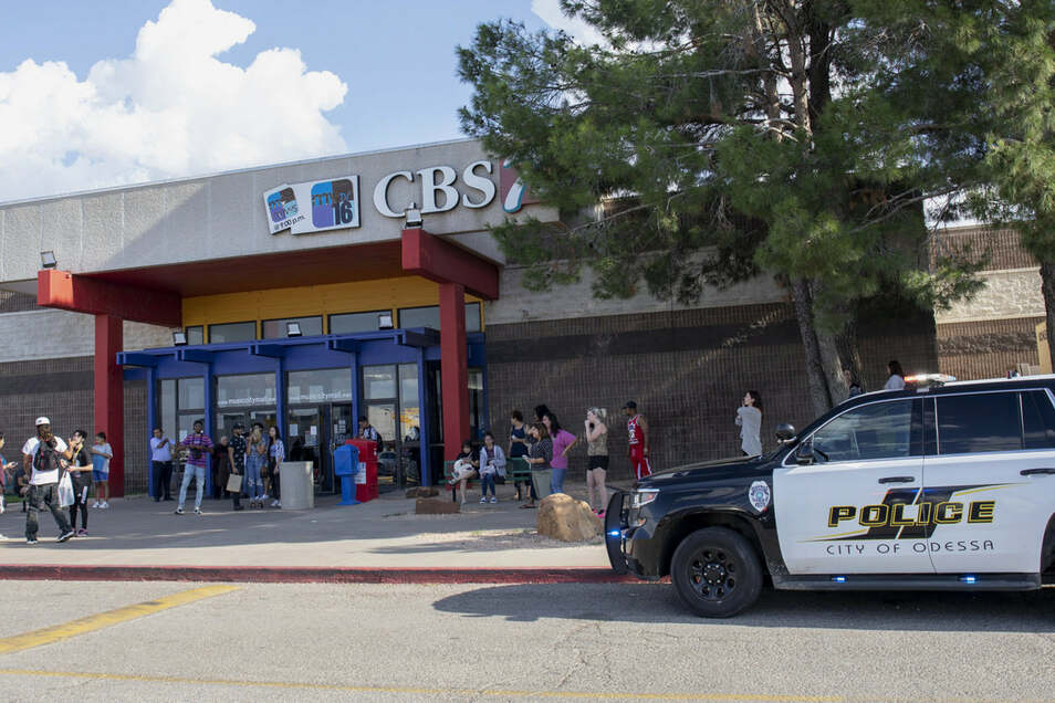 Der mutmaßliche Schütze wurde auf dem Parkplatz eines großen Kinos im Ort Odessa erschossen.