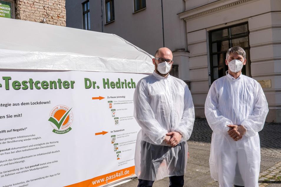Dr. med. Henry Hedrich (re.) und Martin Winkler vor dem neuen Testzentrum.
