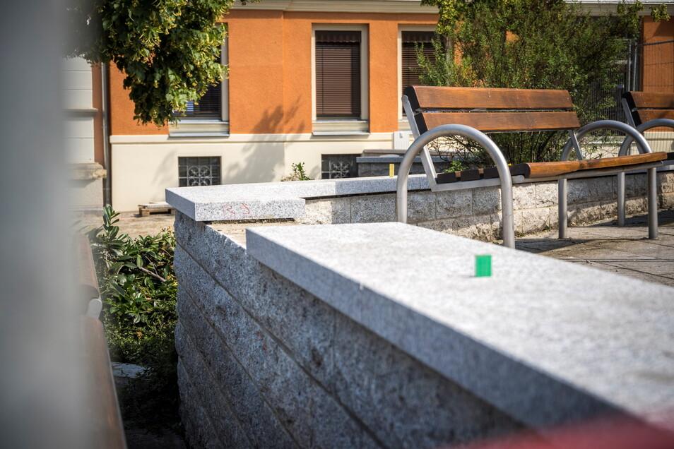 Die Natursteinmauer im oberen Bereich des Rathausplatzes ist dieser Tage repariert worden. Die alten Deckplatten waren an etlichen Stellen ausgebrochen.