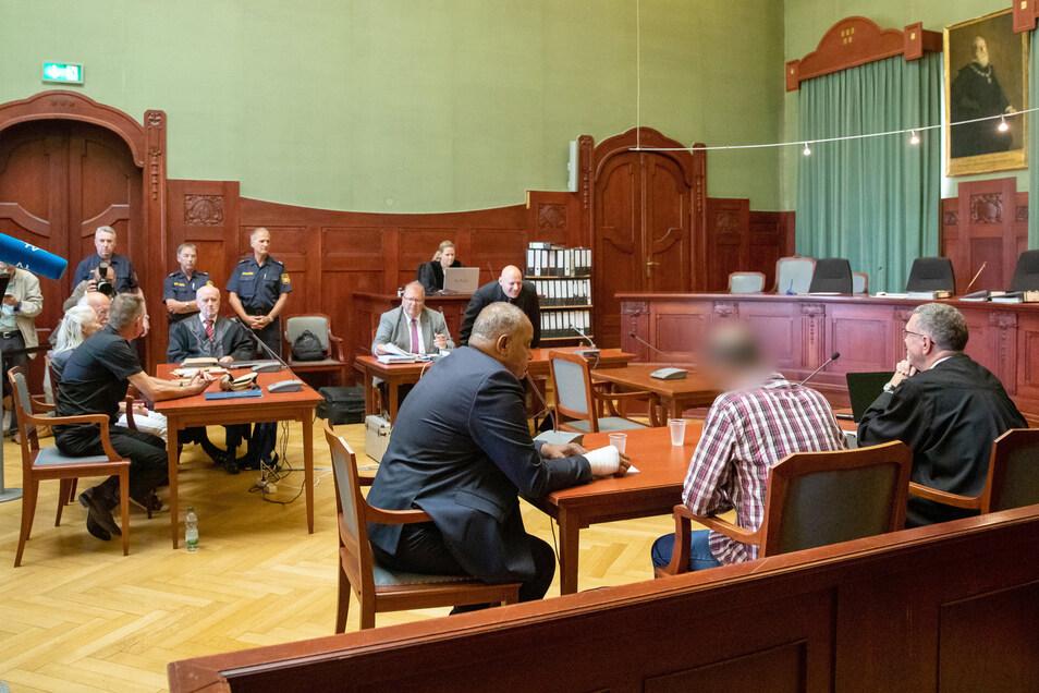 Der Verhandlungssaal mit dem Angeklagten im Vordergrund.