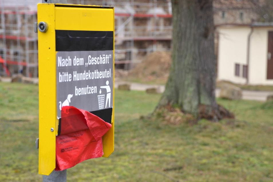 Ein Landwirt hat in Gersdorf einen Spender für Hundekotbeutel aufgestellt. Genutzt hat das bisher nichts.