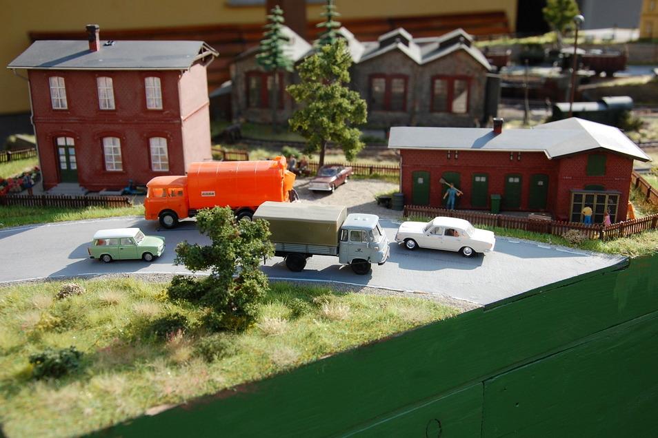 Damals war´s: Trabant, Wolga, Robur und Skoda-Müllfahrzeug verkehren auf der Modellbahnanlage.