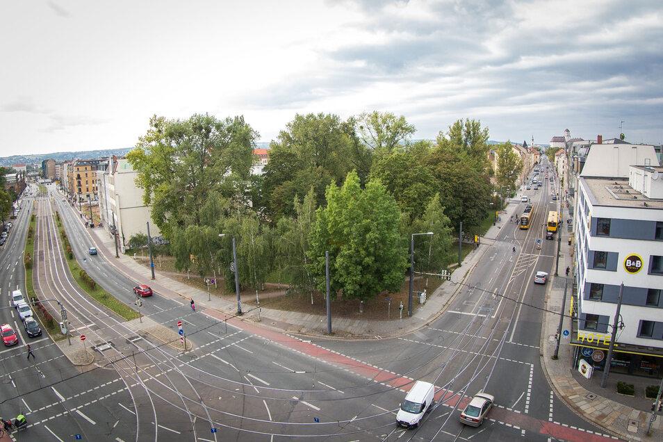 So sah das Eckgrundstück an der Weißeritz- und Friedrichstraße 2016 aus. Für den Neubau mussten etliche Bäume gefällt werden, was sehr umstritten war.