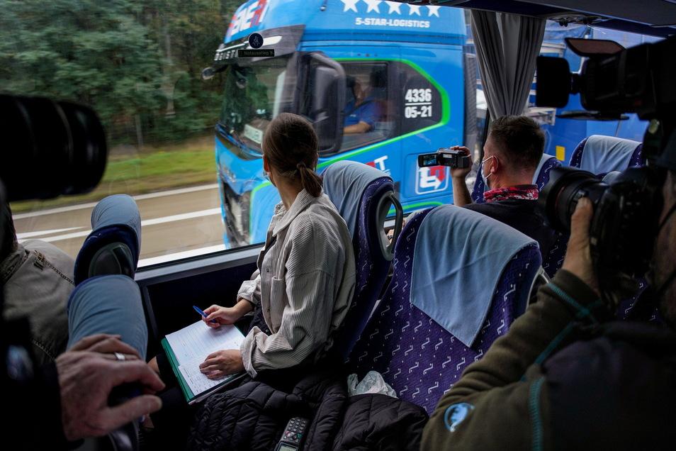 Stefan Reichel hat die Kamera im Anschlag, seine Kollegin Vivien Jünger beobachtet. Aus einem Bus heraus hat die Polizei Lasterfahrer ins Visier genommen. Dieser Fahrer war vorbildlich unterwegs, mit beiden Händen am Lenkrad.
