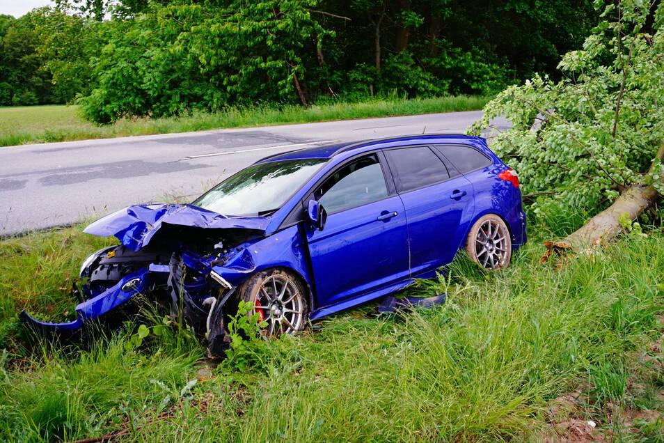 Nach einem Unfall zwischen Großdehsa und Nechen wurde ein Fordfahrer verletzt ins Krankenhaus gebracht.