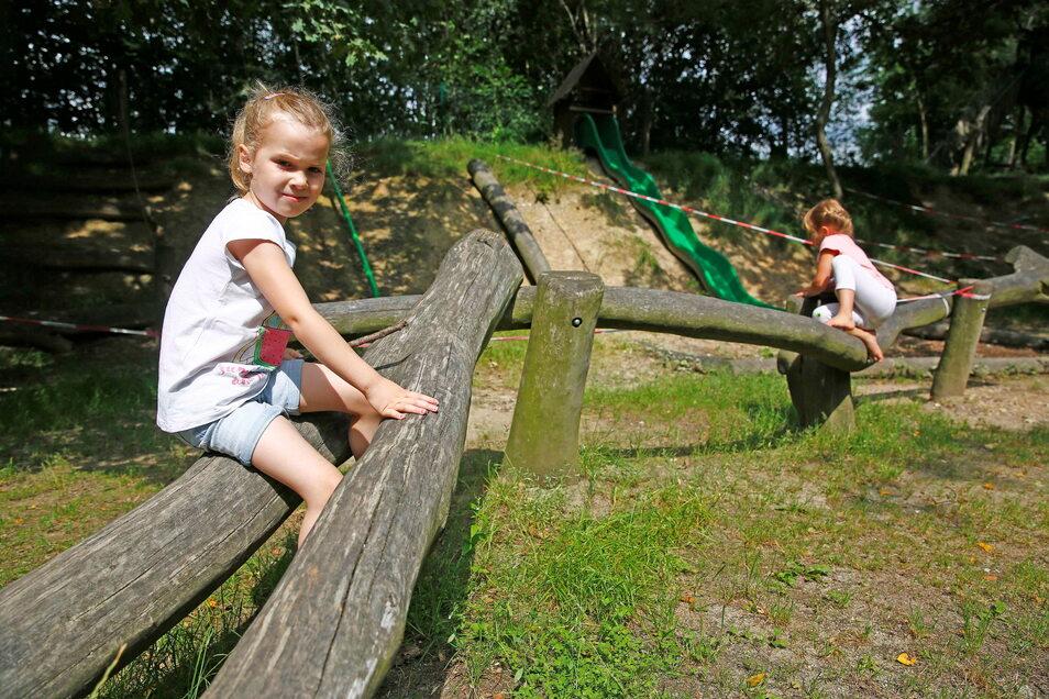 Einige Spielgeräte und das Außengelände der Kita am Hasenberg im Kamenzer Ortsteil Wiesa sollen erneuert werden. Damit wird das Gelände für Maja und Johanna und die anderen Kinder attraktiver.