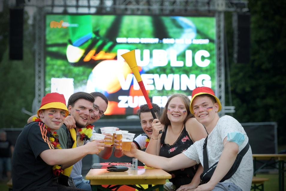 Vorfreude auf das Spiel Deutschland gegen Frankreich: Die Fans stoßen mit einem Bierchen an und genießen das Sommerwetter.