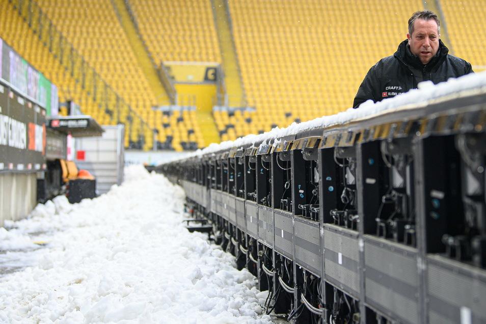 Der Schnee liegt nur noch hinter der Bande. Vor dem Spiel haben fleißige Helfer den Platz beräumt - das freut auch Dynamos Trainer Markus Kauczinski.