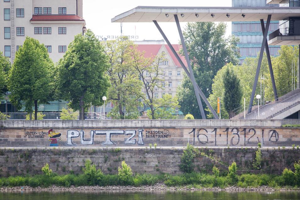"""Die Sprayer nahmen offenbar Bezug auf die Verhandlung gegen die """"Putzi""""-Besetzer, die am Montag begann."""