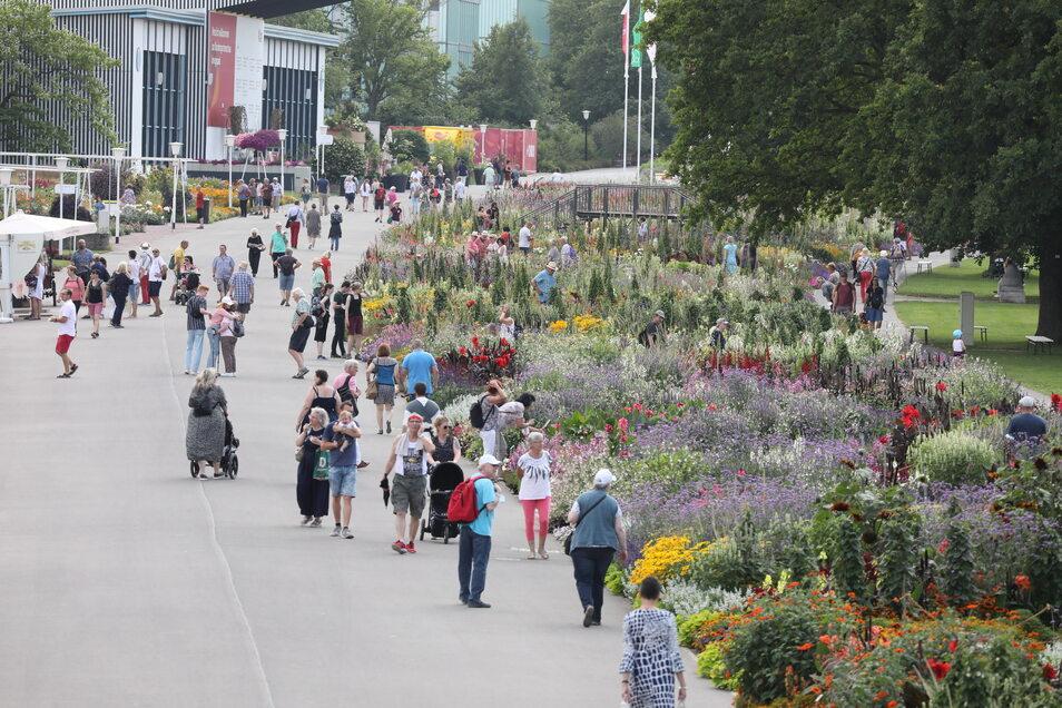 Erfurt: Besucher laufen über das Gelände der Bundesgartenschau (Buga) im Ega Park.
