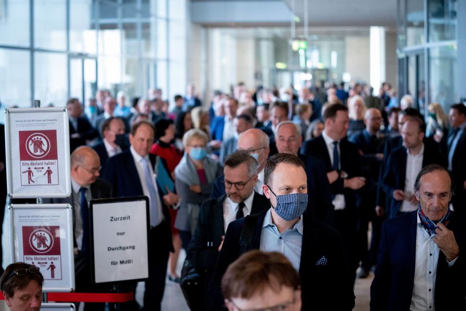 Bundestagsabgeordnete warten am Donnerstag auf die Stimmabgabe bei einer namentlichen Abstimmung in einer Warteschlange bei der Sitzung des Bundestages.