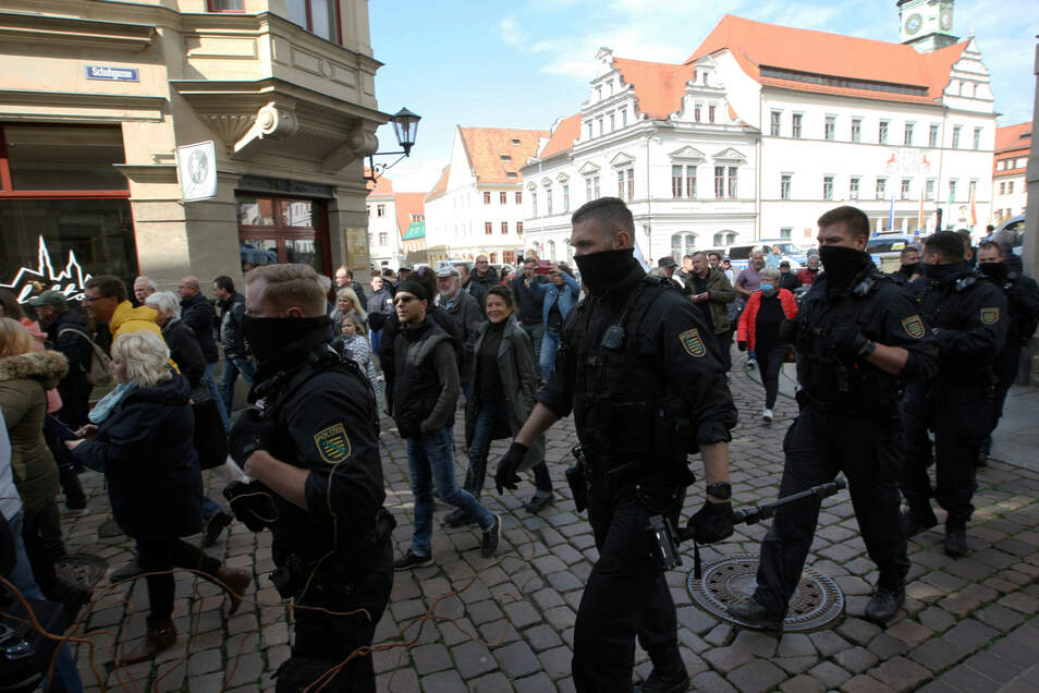 Polizei am Pirnaer Markt. Der Aufruf zur unangemeldeten Demo wurde über Messenger-Dienste verbreitet.