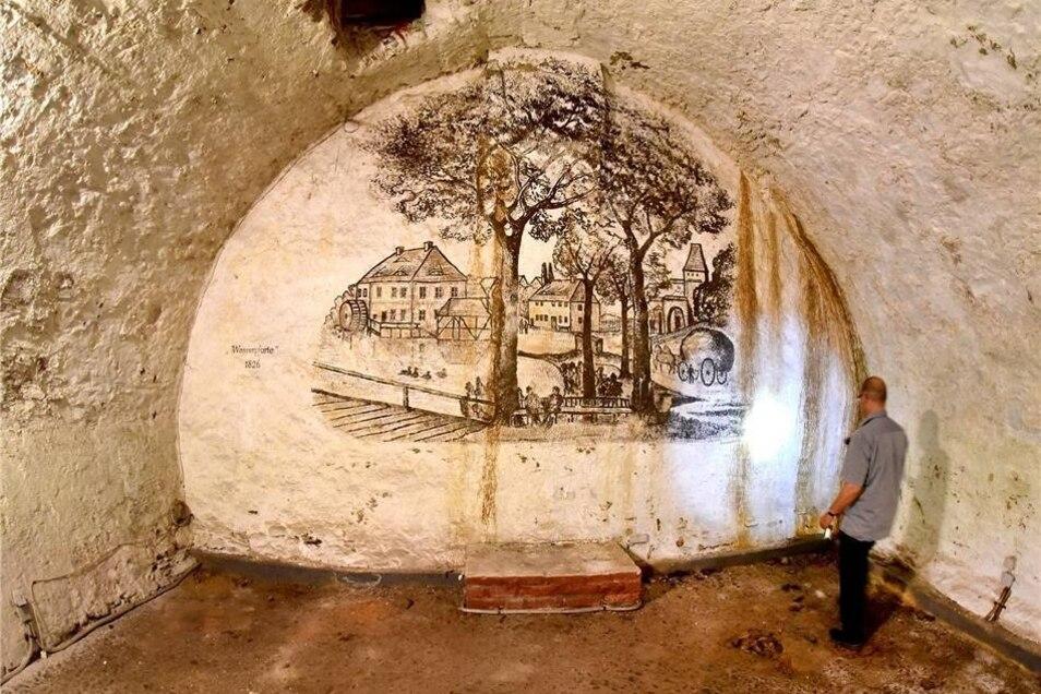 """Der Keller im Internationalen Hochschulinstitut  verfügt über Bierleitern, die über die Stufen der Kellertreppe gelegt wurden, um Bierfässer darüber zu rollen. Das Wandbild von Karl W. Weber entstand nach einer historischen Skizze der Wasserpforte. Die Kellerräume, zeitweilig als """"kleine Mensa"""" bezeichnet, dienten als Bierlager, zur Essenausgabe und kurzzeitig auch als Disko. In einem Becken schwammen zudem Fische, bis sie zubereitet wurden. Das Gebäude aus dem Jahr 1769 war bis 1949 als Gasthaus und Hotel """"Zum weißen Engel"""" bekannt."""