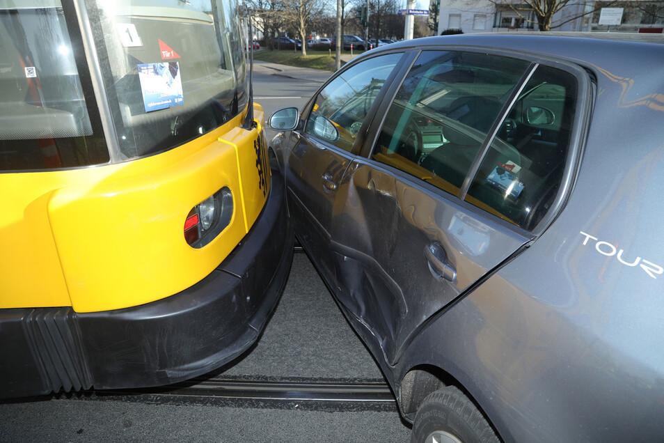 Am Donnerstagmorgen stieß eine 65-jährige Autofahrerin mit einer Straßenbahn zusammen.