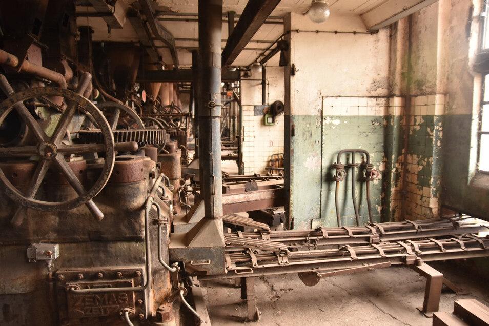 Hier verließen bis 1993 die Briketts die Brikettpressen und letztlich nach rechts die Fabrik.