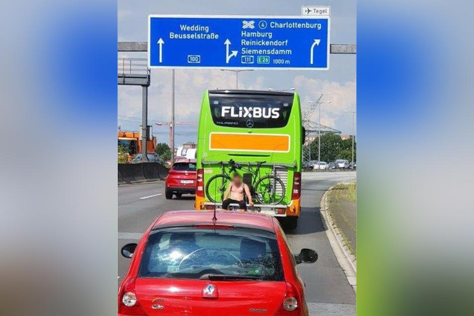 Freier Oberkörper und alkoholisiert: Ein 28-Jähriger war unkonventionell mit einem Flixbus unterwegs. Das Ganze war sehr gefährlich.