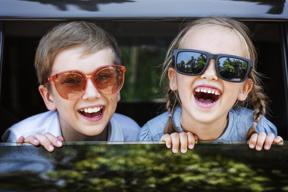 Mit ein paar kleinen Tipps wird die Auto- oder Zugfahrt in den Urlaub entspannter.