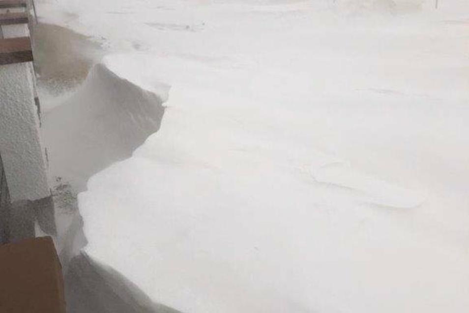 Meterhoch liegt der Schnee, mit gelblichem Saharasand darin.