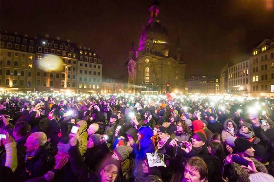 Tausende Dresdner setzten mit ihren Smartphones auch ein Lichtzeichen.