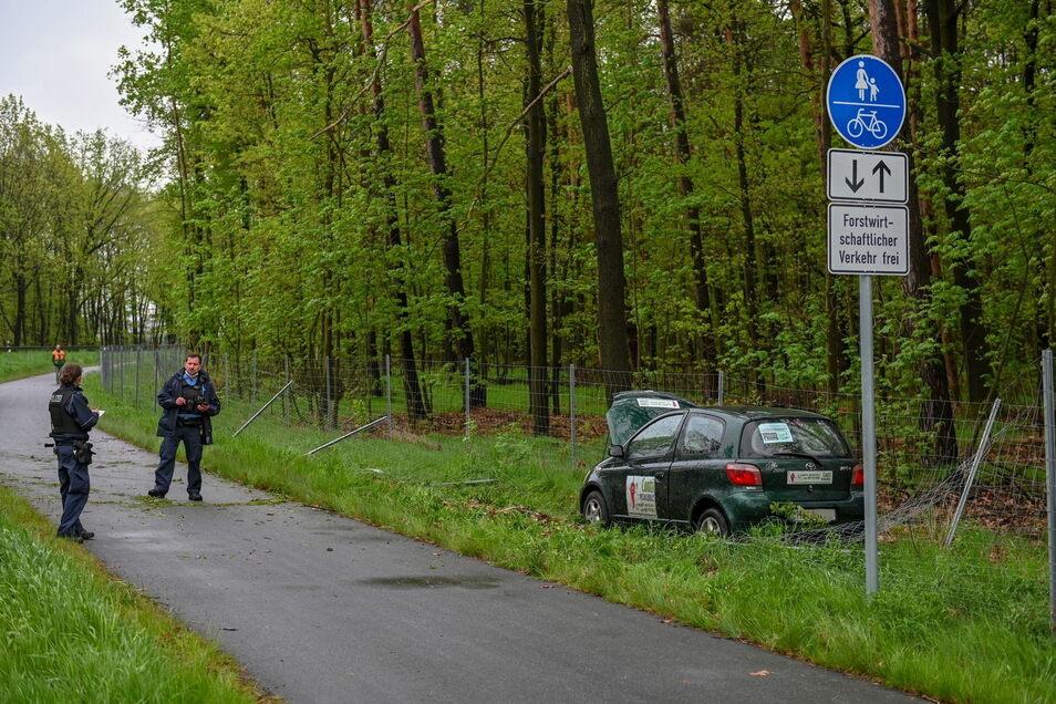 Der Fahrer eines örtlichen Pizzalieferdienstes kam mit seinem Kleinwagen bei Caminau von der Straße ab. Erst ein Wildzaun konnte die Fahrt stoppen.
