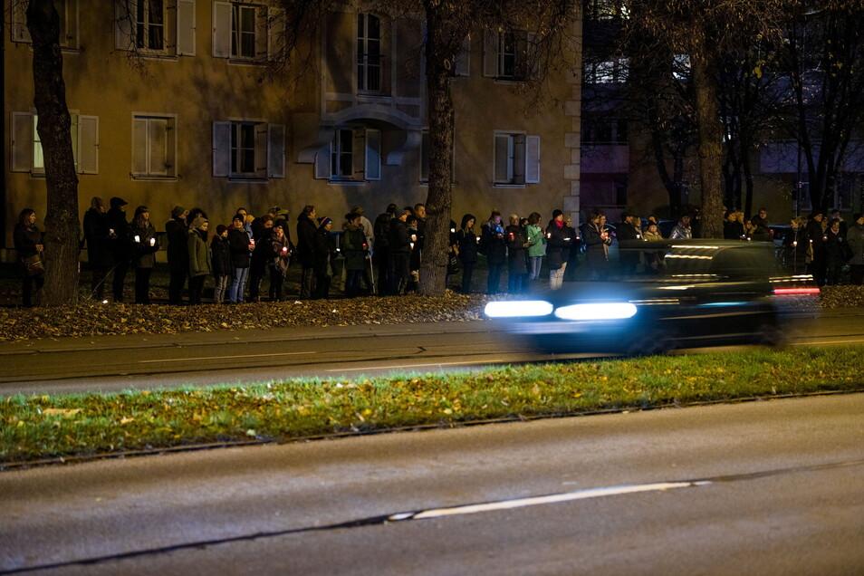 Menschen stehen am 22. November 2019 mit Kerzen bei der Mahnwache für den bei dem Raserunfall getöteten jungen Mann an der Fürstenrieder Straße.
