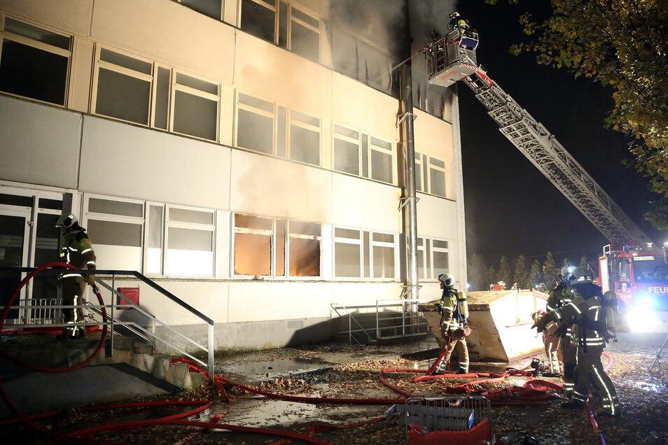 Am 31.10.2015 löschte die Feuerwehr kurz nach Mitternacht einen Brand im seit Jahren leer stehenden Visa Hotel in Dresden-Cossebaude. Hier hatten Brandstifter ein Feuer gelegt.