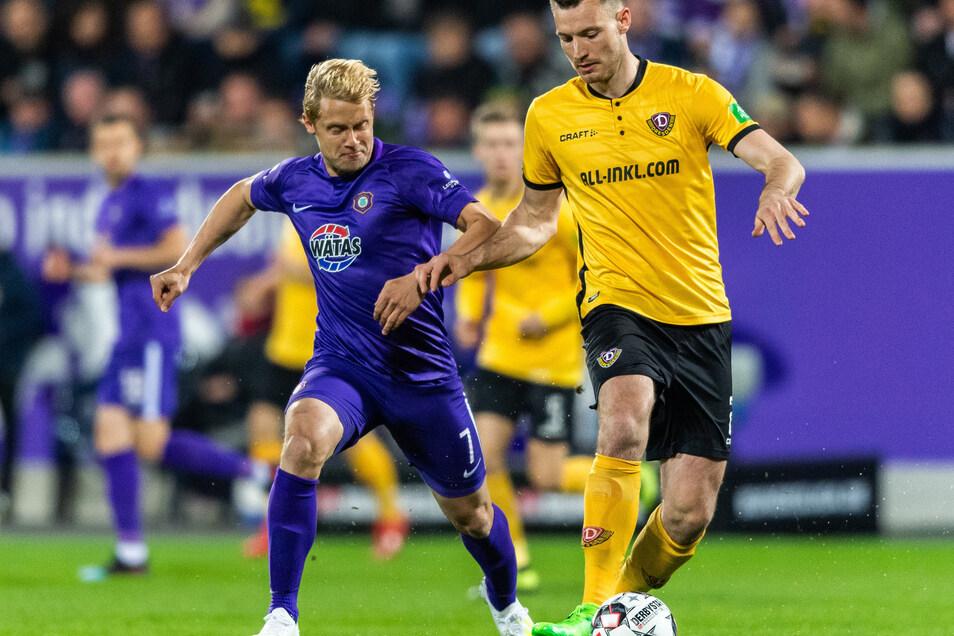 Jan Hochscheidt bedrängt Dynamos Abwehrkante Florian Ballas.