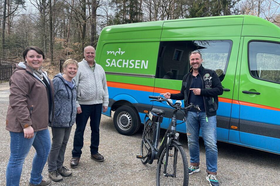 So sieht die glückliche Gewinnerin eines E-Bikes aus. Stefanie Möckel (li) mit ihren Eltern bekommt das gute Stück von MDR-Sachsen-Moderator Silvio Zschage vorbeigebracht.