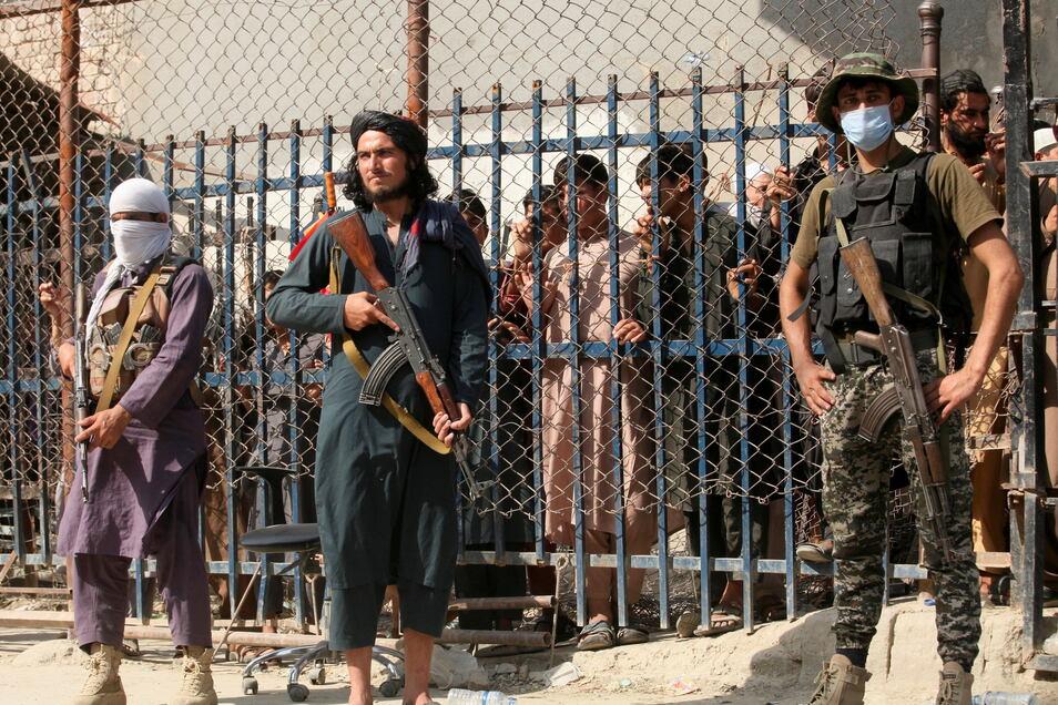 Kämpfer der Taliban stehen Wache an einem Grenzübergang zwischen Pakistan und Afghanistan.