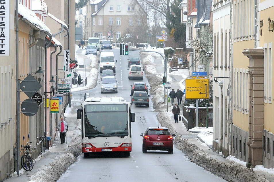 Pendeln - ob per Bus, Auto oder Zug - ist im Kreis Görlitz verbreitet. Und auf den Straßen ist dann immer was los, wie auf diesem Archivbild in Herrnhut.