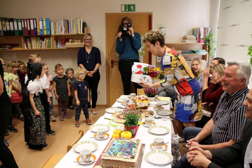 Sichtlich gerührt nahm Brigitte Wenke das Geschenk der Kinder entgegen.