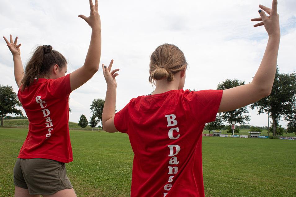 Stolz zeigen die BC-Dancers ihr Trikot. Die Mädchen freuen sich, dass das Training endlich wieder angefangen hat.