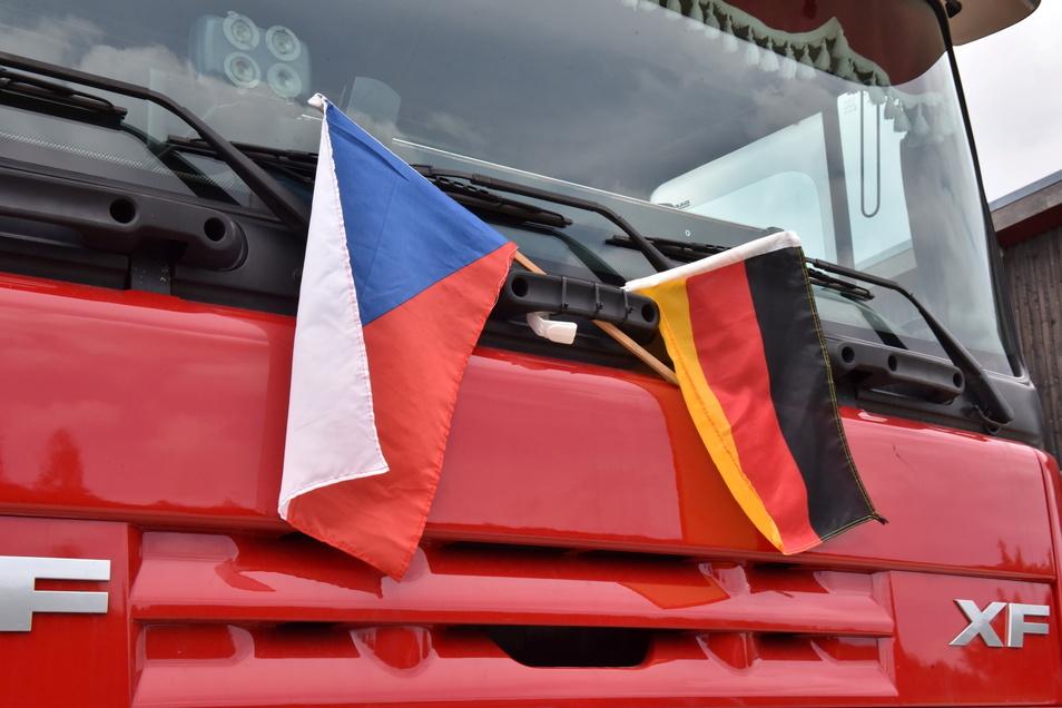 Die Freundschaft der deutschen mit den tschechischen Feuerwehren wurde auch per Flaggen am Hilfstransport dokumentiert.