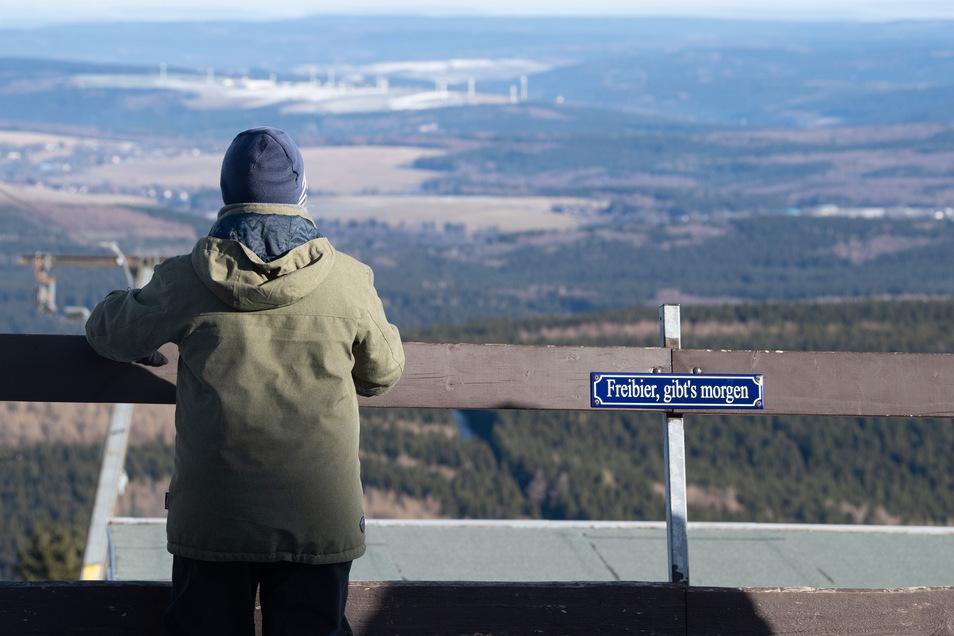 Ein Spaziergänger steht auf dem Fichtelberg: Der auch bei Touristen beliebte Erzgebirgskreis ist das erste Corona-Risikogebiet in Sachsen.