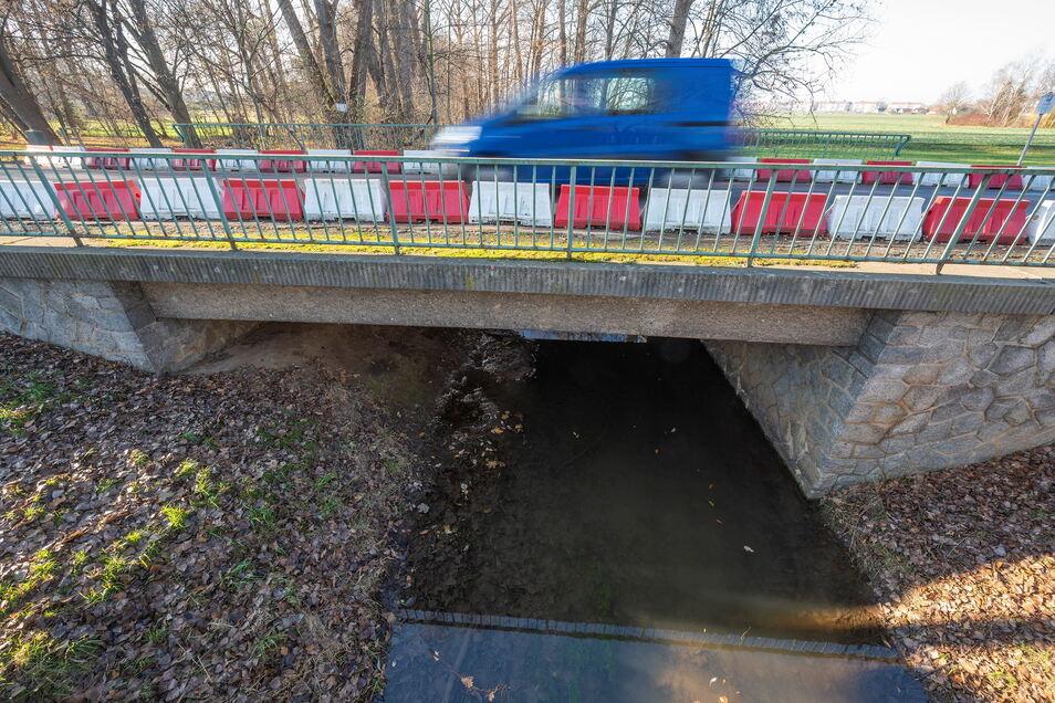 Die Brücke über die Jahna kurz vorm Poppitzer Ortseingang ist mehr als 50 Jahre alt und baufällig. Für sie soll Ersatz her.